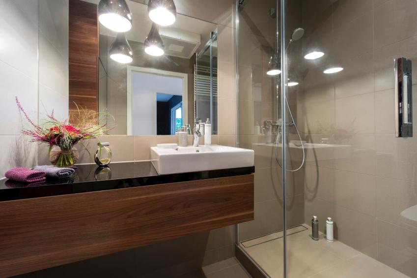 Elegant Modernes Badezimmer Mit Holz Und Fliesen