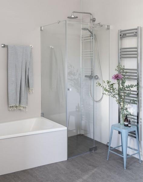 Eck Duschkabine mit verkürzter Seitenwand neben Badewanne und Pendeltür