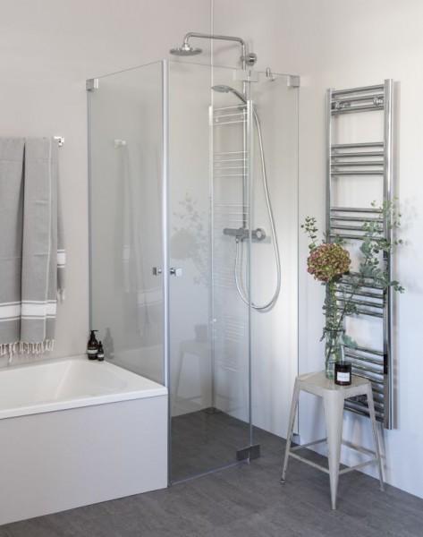 Eck Duschkabine neben Badewanne mit zwei Pendeltüren